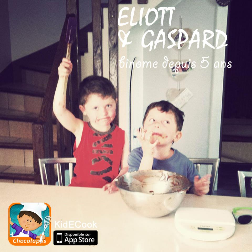 Irmãos testando o app na cozinha de verdade