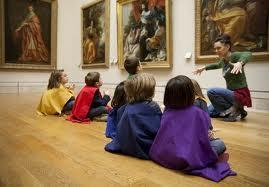 Crianças visitando o Louvre.