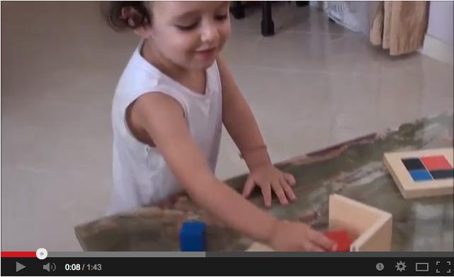 Criança montando Cubo Binomial Montessori